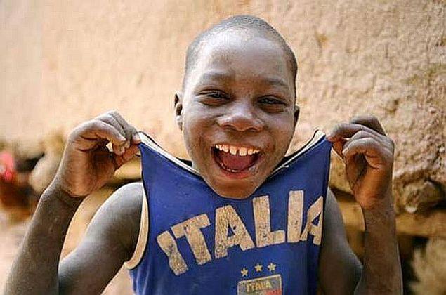 Amato I bambini africani tifano per lo sport e la scuola. Per poterli  WU78