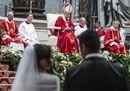 Nozze a San Pietro, il Papa sposa venti coppie