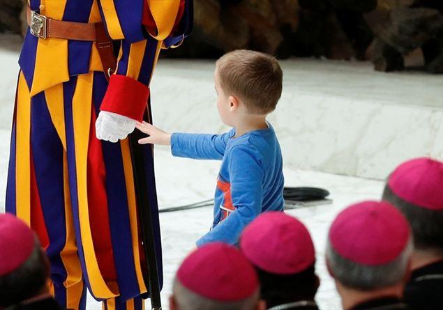 Papa Francesco, fuori programma con un bimbo di una delegazione veronese
