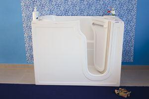 Fare un bagno rilassante è piacevole a patto di entrare e uscire dalla vasca con facilità. Se scavalcare il bordo diventa pericoloso si può pensare a una delle vasche della SicurBagno.
