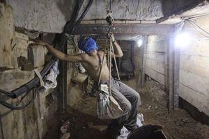 Un palestinese al lavoro in uno dei tunnel che collegano Gaza all'Egitto (Reuters).