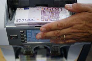 Conteggio delle banconote in banca (Reuters).