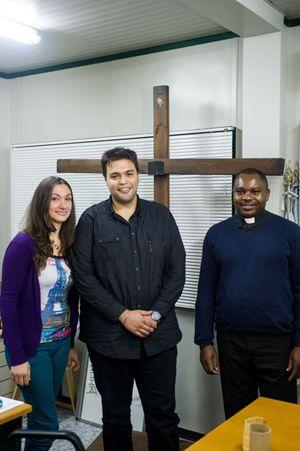 Da sinistra: Ilaria, Madmoud Sahmoud e padre Jean Agustin. Foto di Giancarlo Giuliani/Cpp.