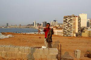 Un operaio cinese a Luanda, capitale dell'Angola (Reuters).