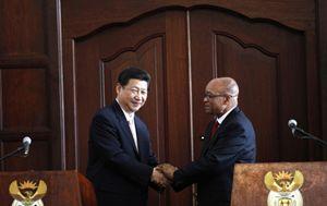 Il presidente della Cina Xi Jinping (a sinistra) con il presidente del Sudafrica Zuma (Reuters).