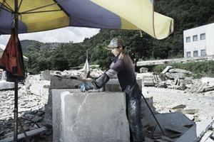 Un'immagine dei cinesi al lavoro nel distretto della pietra, in Piemonte, tra Bagnolo e Barge. Questa foto è parte di un servizio più ampio realizzato da Simone Perolari e da Rino Fassio, pubblicato in parte sul numero 50 di Famiglia Cristiana.