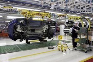 Il lavoro in linea dentro lo stabilimento Fiat di Mirafiori, a Torino (foto di Paolo Siccardi/Sync)