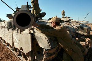 Un mezzo corazzato israeliano durante l'operazione Piombo fuso, condotta da Israele nella Striscia di gaza tra il 27 dicembre 2008 e il 17 gennaio 2009 (foto Ansa).