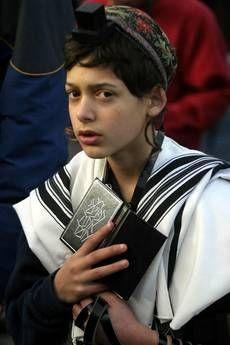 Medio Oriente. La speranza di pace negli occhi delle nuove generazioni. Un ragazzino ebreo davanti alla Knesset, il Parlamento di Israele (foto Ansa).