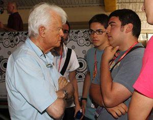 Gian Carlo Caselli con i ragazzi di Libera. Molti di loro sono impegnati nel riutilizzo dei beni confiscati alla mafia.