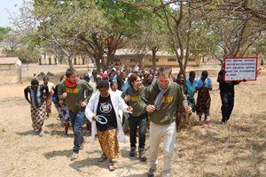 Il Trio Medusa durante una recente visita al St. Albert, in Zimbabwe, insieme alla dottoressa Elisabeth (Foto: Cesvi)