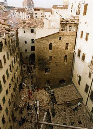 Gli effetti della bomba (Foto Torrini-Fotogramma).