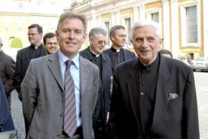 L'allora cardinale Ratzinger con l'architetto de Angelis.