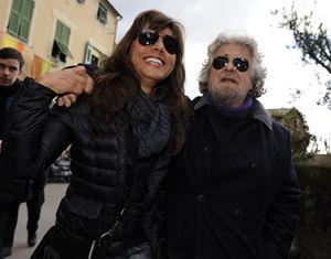 Beppe Grillo con la moglie Parvin (Reuters).