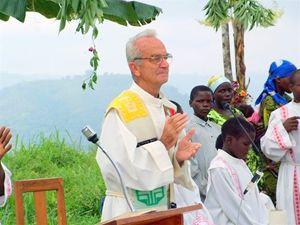 Padre Giovanni Piumatti mentre celebra la Messa a Muhanga (Repubblica democratica del Congo).