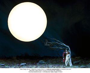 """Uno spettacolare momento di """"Lucia di Lammermoor"""", al Regio di Torino. In scena, Elena Mosuç e Francesco Meli."""