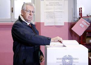 Mario Monti al seggio elettorale (Reuters).