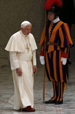 Benedetto entra nell'Aula Paolo VI per la prima udienza generale del mercoledì dopo l'annuncio delle dimissioni,  Foto Reuters.