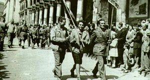 Partigiani sfilano a Milano il 25 aprile 1945.
