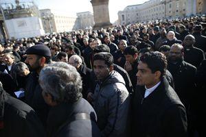 Sacerdoti della diocesi di Roma aspettano di varcare i check point in piazza San Pietro per entrare nella Basilica e incontrare Benedetto XVI, Papa e vescovo di Roma. Foto Reuters.