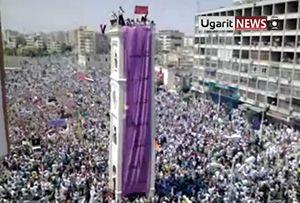 Un fermo immagine tratto da un video del sito Ugartinews, del 1° luglio scorso. Centinaia di migliaia di manifestanti si sono radunati nel centro di Hama, città siriana tra Damasco e Aleppo (Foto Ansa).