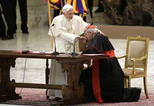 Il cardinale Agostino Vallini bacia l'anello al Papa, vescovo di Roma. Foto Reuters.