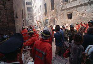 I primi soccorsi dopo l'attentato a via dei Georgofili (Foto: Ansa).