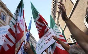 Sostenitori di Silvio Berlusconi (Reuters).