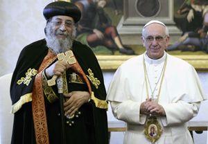 Tawadros II con papa Francesco (Reuters).
