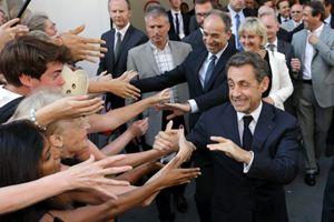 Nicolas Sarkozy saluta un gruppo di fan (Reuters).