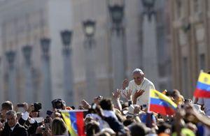 Papa Francesco in piazza San Pietro (Reuters).