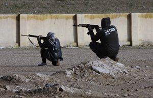 Miliziani qaedisti in azione in Iraq (Reuters).