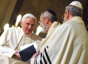 Benedetto XVI con il rabbino Riccardo Di Segni, il 17 gennaio 2010, nella Sinagoga di Roma. .