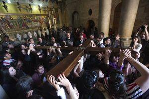 Gerusalemme. La celebrazione del Venerdì Santo all'interno del Santo Sepolcro. Foto Reuters.