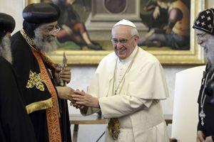 Roma, Vaticano, 10 maggio 2013. Papa Francesco scambia doni con Tawadros II, copto ortodosso. Foto ReutersAndreas Solaro