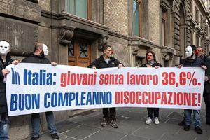 Una manifestazione di protesta contro la disoccupazione giovanile. Il dato indicato nello striscione - 36,6 per cento - è stato purtroppo superato.