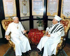 Giovanni Paolo II con il rabbino Elio Toaff, il 13 aprile 1986, nella Sinagoga di Roma.