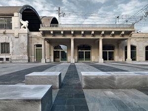Qui sopra, in alto e in basso: il Memoriale della Shoah di Milano, sorto nel luogo dove, fra il 1943 e il 1945, migliaia di ebrei furono caricati sui convogli diretti ad Auschwitz.