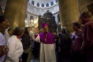 Gerusalemme. Monsignor Fouad Twal all'interno della Basilica del Santo Sepolcro. Foto Reuters.