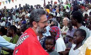 Padre Daniele Moschetti, provinciale dei comboniani in Sud Sudan (Foto Scalettari). Nell'immagine di copertina: un gruppo di soldati dell'esercito regolare (Foto Reuters).