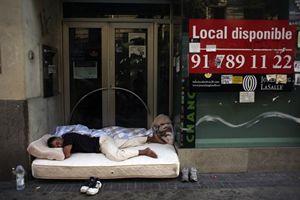 Un povero senza fissa dimora, in Spagna. Foto Reuters.
