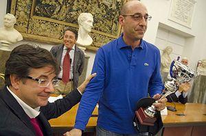 Luca Pancalli, assessore allo Sport e presidente del Comitato italiano Paralimpico, consegna la Coppa Italia 2013 ad Alfonso Somma, capitano degli All Blinds.