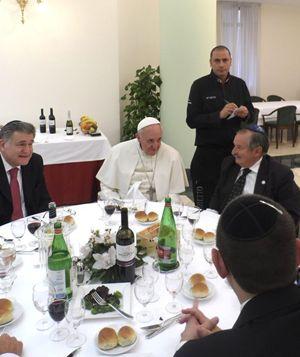 Papa Francesco a pranzo con alcuni rabbini argentini nella Casa di Santa Marta. Abraham Skorka è il primo a sinistra. Foto Ap/La Presse/Ansa.