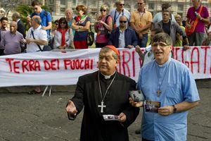 Il cardinale Sepe e padre Patriciello a una manifestazione. In alto: Patriciello.