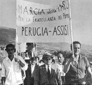 Una delle prime edizioni della Marcia della Pace. Al centro: Aldo Capitini.