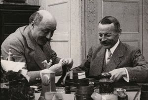 Ferdinand Zecca e Charles Pathé sorridenti per i loro successi con gli episodi tratti dai testi sacri.