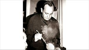 Il giovane Bergoglio mentre cucina