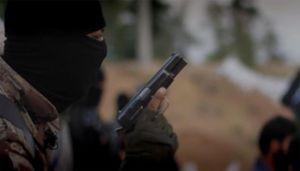 In una nuova mossa di propaganda, lo Stato islamico ha diffuso un nuovo video, di 52 secondi, dal titolo Flames of War (Fiamme di Guerra), in cui in un montaggio dal ritmo serrato si vedono immagini di esplosioni, anche in slow motion, di miliziani che sparano con fucili automatici, pistole e armi anticarro (Ansa).