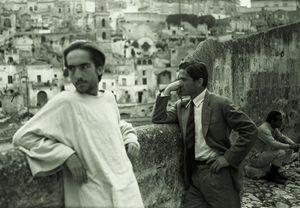 """Pasolini con Enrique Irazoqui ai Sassi di Matera durante le riprese del """"Vangelo secondo Matteo"""". In alto: una veduta dei Sassi."""