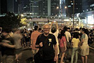 Padre Franco Mella tra i ragazzi di Occupy Hong Kong (foto Giannella/Maruzzelli).